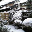圓堂座敷より雪におおわれた庭を眺めて